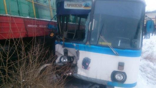 Ожесточенное ДТП наДонбассе: поезд врезался вавтобус сшахтерами